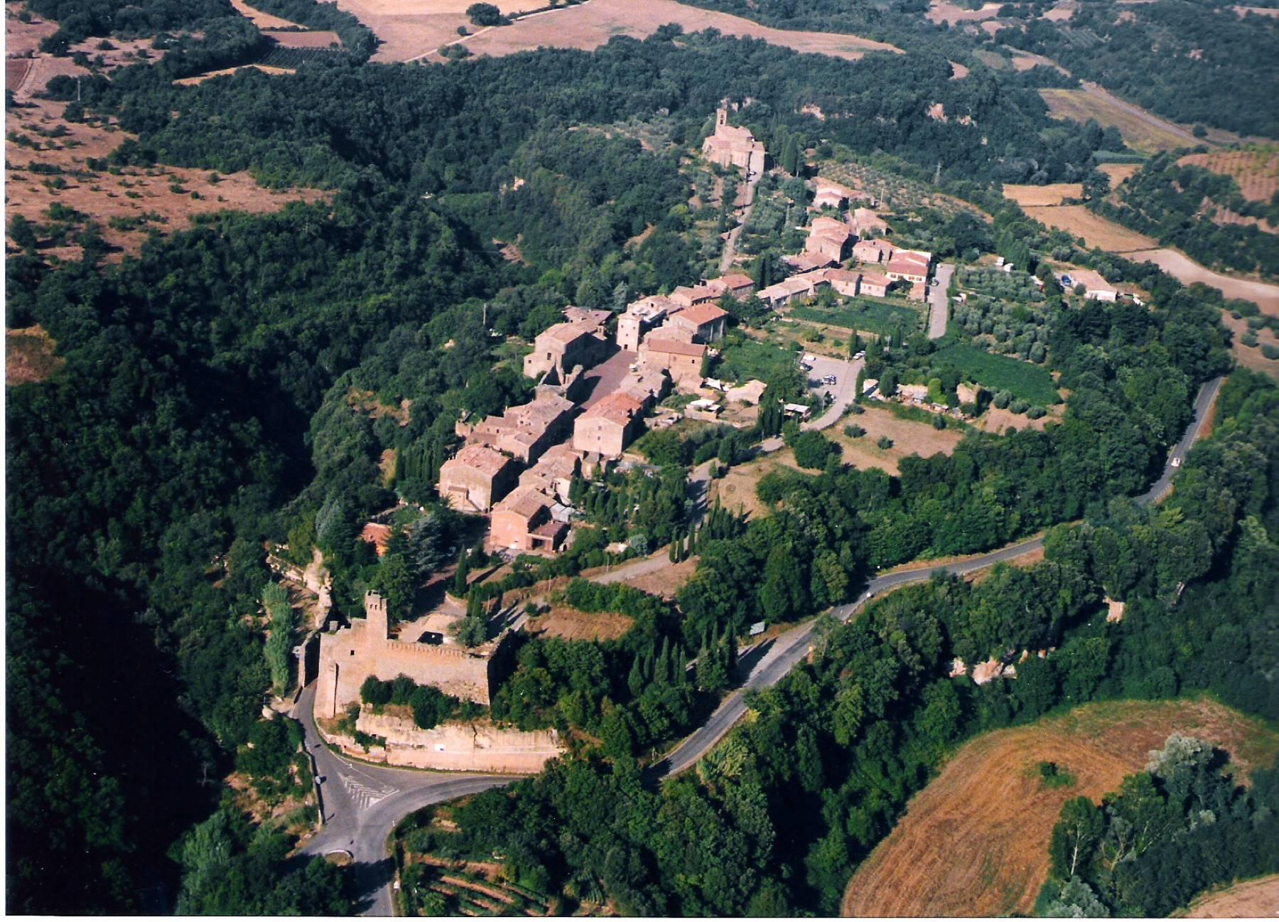 vista aerea del borgo di Sovana